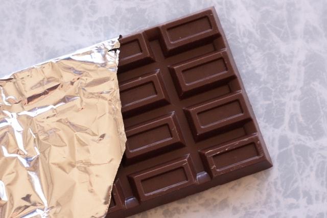 銀紙からはみ出た板チョコ