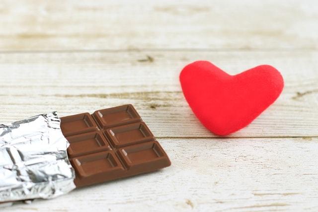 木の板の上にあるチョコレートとハート
