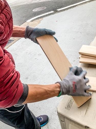 木の板をやすりで磨いているところ