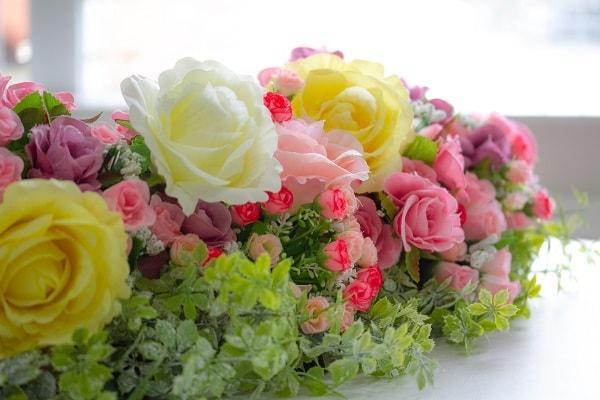 たくさん束になったバラの造花
